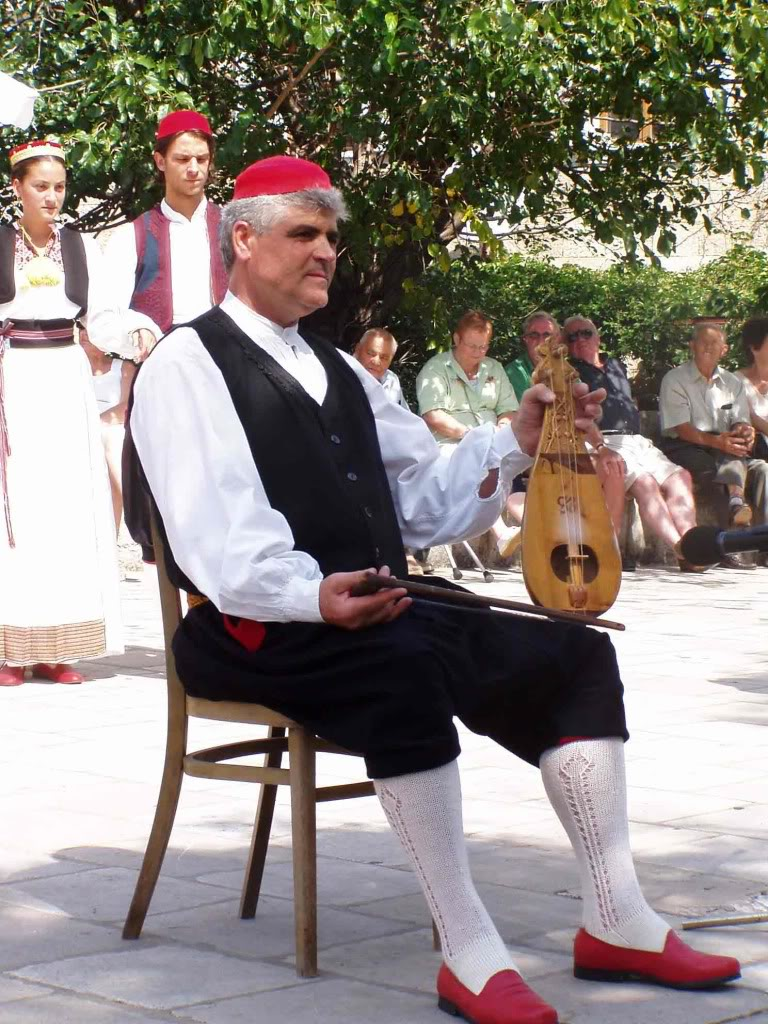 LJERIČAR ( LJERIČAR - PLAYER ON LIJERICA) LINĐO (LINDJO)  LINĐO IS THE MOST POPULAR DANCE OF DUBROVNIK AND THE DUBROVNIK REGION. IT IS DANCED TO THE ACCOMPANIMENT OF LIJERICA (AN OLD SOUTHERN DALMATIAN INSTRUMENT WITH THREE STRINGS), WHICH CAME FROM THE EASTERN MEDITERRANEAN IN LATE 18TH CENTURY AND SPREAD ON THE ADRIATIC COAST IN THE 19TH CENTURY.